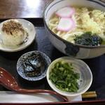 めん吉 - 天婦羅うどん(630円)とおにぎり1個(80円)