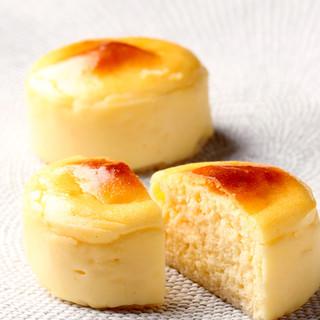 ラ・ブティック・ドゥ・ジョエル・ロブション - 料理写真:ロブションのチーズケーキ ¥294 チーズ本来のゆたかな風味をお楽しみ頂けます。
