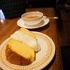 ブンブン紅茶店 - 料理写真:ふわふわシフォンケーキにクリームを添えて♪