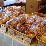 アミー - 併設のベーカリーショップでは自家製パンの販売もしています。