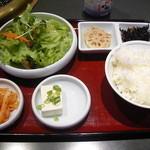 金牛亭 - 焼肉ランチのご飯と小鉢類。