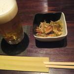 月の庭 - つき出しの小鉢と生ビール