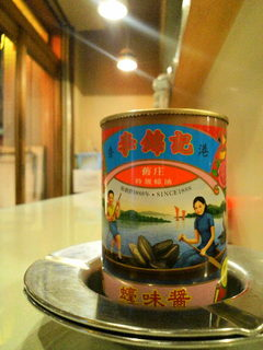 横田酒場 - 店内をキョロキョロ見渡すと至る所に昭和を感じるディスプレイがなされている。