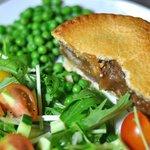ジェリーズパイ - お惣菜パイはボリュームたっぷりで軽食にも最適! (盛り付け例)