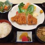 民芸風お食事処 恵山亭 - 【とんかつ定食】サクサクおいしいオーソドックスなとんかつ。付け合わせもおいしかったよ。