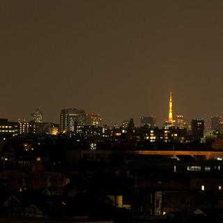 ビル最上階からは東京タワーとスカイツリーが見えます!