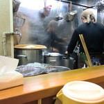 麺屋 一 - カウンターより厨房を