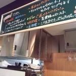 セッテ ラ フェスタ - キッチンはOPENになっていて、黒板が上の方にありました。