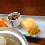 家庭料理 味彩 - 小鉢 卵焼き 香の物 フルーツ