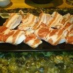 豚舞 - お肉(手前豚肩ロース、奥豚バラ)