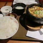ばんちゃん酒房 - お盆に載った石鍋麻婆豆腐定食