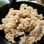 古材の森 - 黒豆入り玄米ごはん。もちもちしていて美味しかったです。