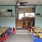 オハナカフェ - ヤコブセンのチェアーは見た目によらずリラックスな座り心地です。