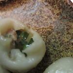 麺匠 呉屋 - 丸ぎょうざの正体 中にスープが見える