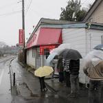 太昇亭 - 冷たい雨でも、みんな行列我慢!