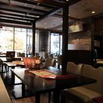 インドの恵み - ②インド料理店とは思えないカフェのような店内