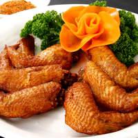 西安刀削麺酒楼 - パリパリでジューシーな若鶏の手羽先をスパイシーに揚げました。
