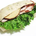 タケウチ - スモークチキンとスモークチーズの紅茶パンサンドイッチ。