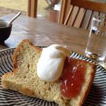 珈琲 さんぽ - 全粒粉ときび砂糖のシフォンケーキ  400円