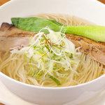 亀戸らあ麺 零や - 塩そば700円。自慢のスープを堪能ください。トッピングなどでお好みの一杯にアレンジもどうぞ。