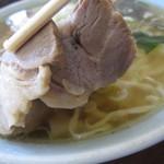 手打ラーメンとんぼ - チャーシューは、ロース肉を使用。