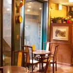 ロンドンティールーム - 入り口付近の明るいテーブル席