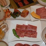 焼肉 ほれぼれ - カルビ(中)、キムチ盛(左上)、ザブトン(右上)、キムチ納豆(右下)