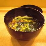 日本料理店 さとき - 菊花と若芽の吸い物。