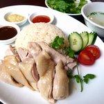 カフェ・シンガプーラ 海南鶏飯 - 安全な国産の鶏を厳選した、海南チキンライス。シンガポールの国民食です。