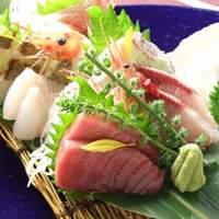 唐屋利久 - 若潮盛 天然の本マグロを使用した、ホタテ・甘海老・白身魚などの計8点の魚盛り合わせ 1029円