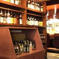 唐屋利久 - お店に入るとまず、常連さんがキープしたボトルがずらりと並んでいます。