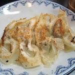 しばらく - 餃子は4個。普通に美味しいアッサリ餃子です。