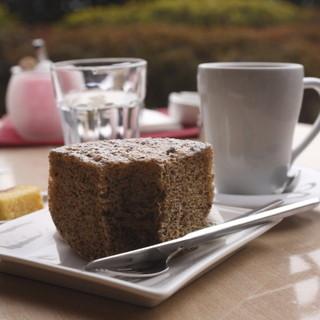 Chocolat Chic 南青山 - 料理写真:紅茶のシフォンケーキとコーヒー