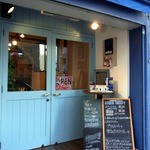 カフェ emo. エスプレッソ - 店前にメニュー表らしきものがあります。