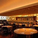 ノブトウキョウ - 天井が高い広い店内。カウンター席で調理を間近に見れる。