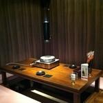 カラカラ沖縄 - 掘りで個室で2テーブルをご用意。最大12名までお使い頂けます。
