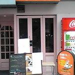 カレー専門店 アンジュール - ピンクの外観。