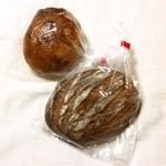 東風 - 奥  ぶどうパン。手前  ライ麦パン。