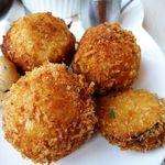 アールカフェ - コロッケはポテトとひき肉で作られた家庭的なお味。