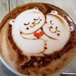 アールカフェ - ケーキセット(800円)」のカプチーノ。猫が描かれています。