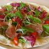アクアポットカピタン - 料理写真:季節の野菜と生ハムのサラダピザ