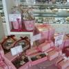 ドゥ クルル - 内観写真:白を基調とした店内にはかわいい春色の焼き菓子が並んでいます。