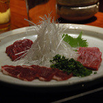 博多もつ処 煌梨 - 馬刺し三種盛り(左から赤身、バラ肉、霜降り)