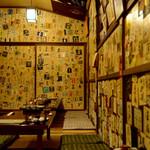 なべ駒 - 壁一面に貼られたラベル