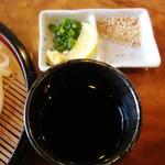 白笹うどん 多奈加 - 汁と薬味です