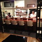韓の里 - カウンターと小上がりの座敷