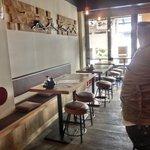 串かつ男 男おでん - 店内のテーブル席の風景です