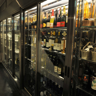 店内ワインセラーには3000本のワインを収納!