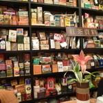ティーハウス ムジカ - 棚にはものすごい数の紅茶!!