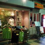 カレー専門店 アンジュール - お店はこんな感じです、手前の洋服に引っ張られずにカレーへたどり着いてくださいまし